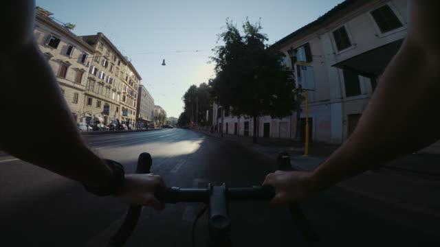 vídeos de stock e filmes b-roll de pov riding: road bicycle training in the city of rome - filme de ação