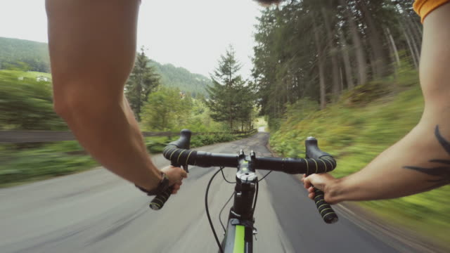 pov乗馬: 山道で競輪用の自転車道 - トレンティーノ点の映像素材/bロール