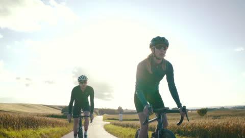 stockvideo's en b-roll-footage met de terug weg rijden - cycling