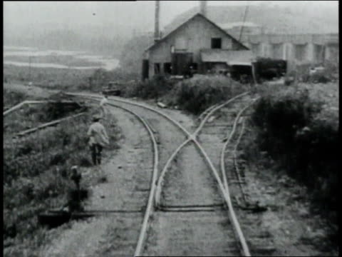 pov riding the railroad track by the panama canal / republic of panama - anno 1906 video stock e b–roll