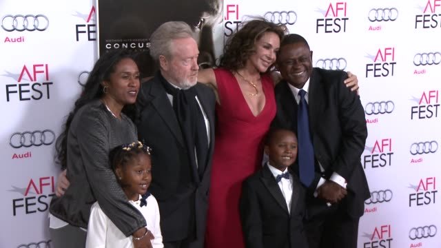 """stockvideo's en b-roll-footage met ridley scott and dr. bennet omalu at the """"concussion"""" world premiere gala screening - afi fest 2015 at tcl chinese theatre on november 10, 2015 in... - filmscreening"""