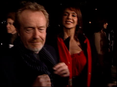 ridley scott at the 'black hawk down' premiere at ampas in beverly hills, california on december 18, 2001. - リドリー・スコット点の映像素材/bロール