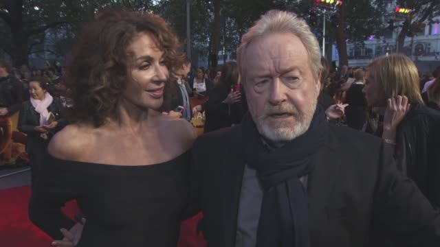 ridley scott, giannina facio on the science behind the film, preparing 'alien: paradise lost' at 'the martian' european film premiere at odeon... - リドリー・スコット点の映像素材/bロール