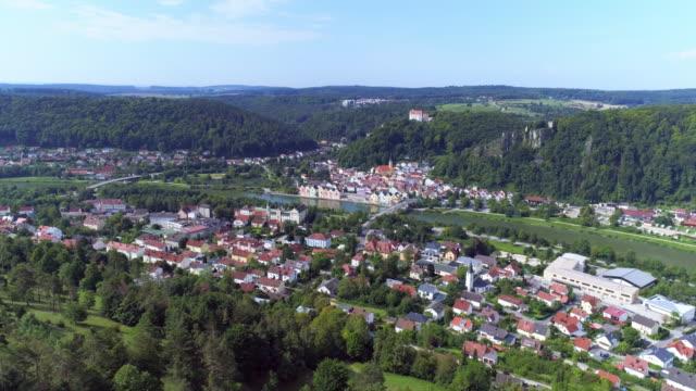 vídeos de stock, filmes e b-roll de riedenburg no rio altmuehl - vista da cidade