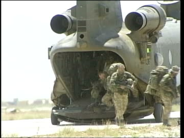 vídeos y material grabado en eventos de stock de rifle - misfiring claims; pool lib from server afghanistan: british royal marines along from chinook helicopter marines along with weapons and... - royal marines