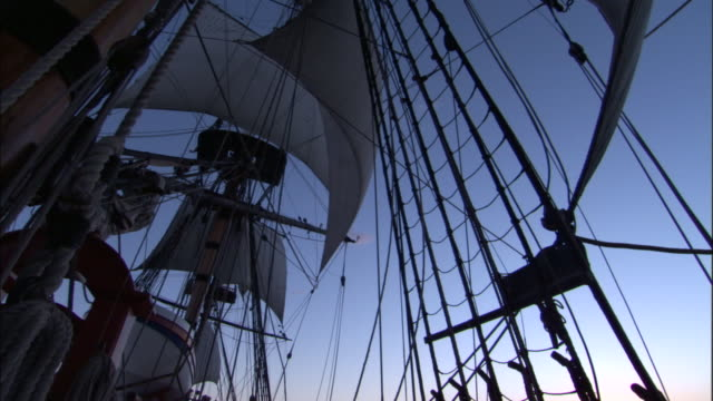 vídeos y material grabado en eventos de stock de rigging silhouetted on board replica of hms endeavour. - réplica