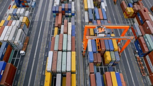aerial rechts über den bunten schiffscontainern am containerterminal - handhaben stock-videos und b-roll-filmmaterial