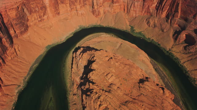aerial direkt über dem horseshoe bend in arizona, usa - canyon stock-videos und b-roll-filmmaterial