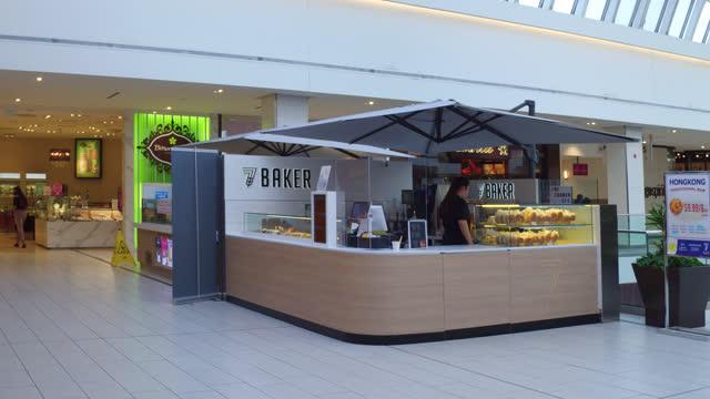 vídeos de stock, filmes e b-roll de right pan of a food court in scarborough town centre seen on november 7, 2020; in toronto, ontario, canada. the scarborough town centre is a shopping... - ponto turístico local