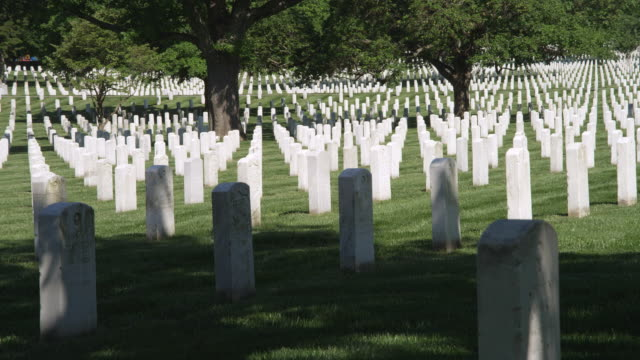 right pan over rows of grave markers in arlington national cemetery, virginia. shot in may 2012. - cimitero nazionale di arlington video stock e b–roll
