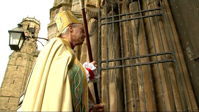 vídeos de stock e filmes b-roll de right reverend justin welby appointed as next archbishop of canterbury; file / date unknown durham: durham cathedral: ext rt rev justin welby banging... - cathedral