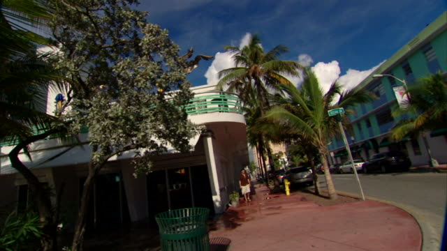vídeos de stock e filmes b-roll de ws down ocean drive south beach art deco district passing shore park hotel cafe slowing down past starlite boulevard colony johnny rockets beacons... - bulevar