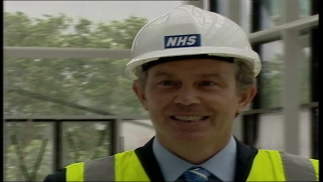 vidéos et rushes de right to choose' policies; itn england: london: ext cms tony blair mp in nhs hardhat bv tony blair talking to nhs officials int cms michael howard mp... - couvre chef