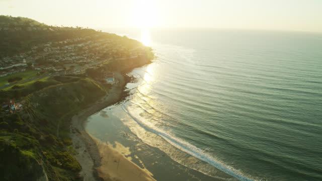 右アフタートーランスビーチと日没時のパロスベルデス - ドローンショット - south pacific ocean点の映像素材/bロール