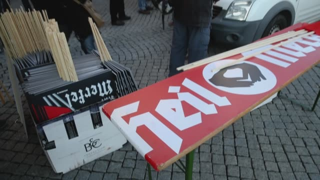 vídeos y material grabado en eventos de stock de right-wing protesters set up a table with a banner that reads: 'heil merkel' in mock-support of german chancellor angela merkel on the day she... - satírico