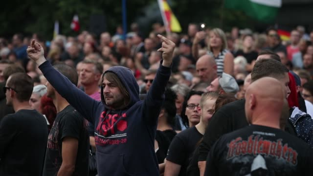 vídeos de stock e filmes b-roll de right-wing supporters attend a protest gathering the day after a man was stabbed and died of his injuries on august 27, 2018 in chemnitz, germany. a... - nazismo