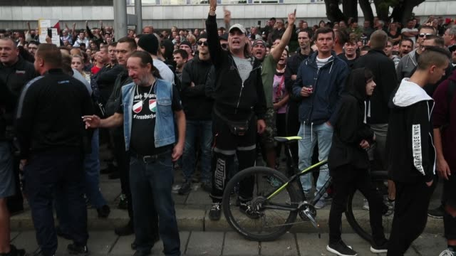 vídeos de stock e filmes b-roll de right-wing supporters shout abuse at nearby heckling leftists at a right-wing protest gathering the day after a man was stabbed and died of his... - nazismo