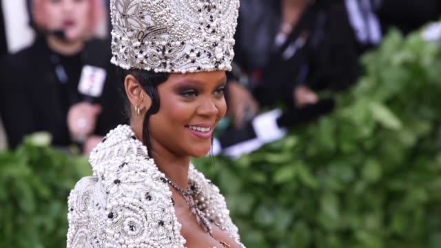 vídeos y material grabado en eventos de stock de rihanna at heavenly bodies: fashion & the catholic imagination costume institute gala at the metropolitan museum of art on may 07, 2018 in new york... - gala