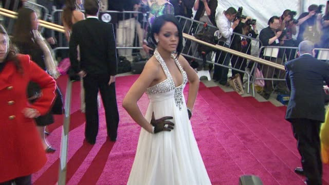 vídeos de stock e filmes b-roll de rihanna at the metropolitan museum of art costume institute gala 'poiret king of fashion' at the metropolitan museum of art in new york new york on... - 2007