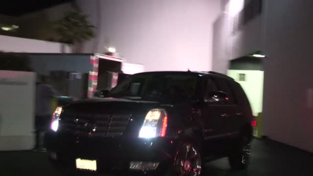 rihanna evades fans at the beverly hilton hotel in beverly hills 04/18/12 rihanna evades fans at the beverly hilton hotel in on april 18 2012 in los... - the beverly hilton hotel stock-videos und b-roll-filmmaterial