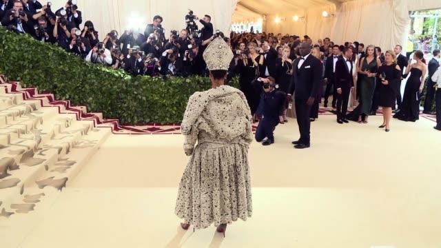 vídeos de stock, filmes e b-roll de fashion the catholic imagination costume institute gala at the metropolitan museum of art on may 7 2018 in new york city - museu metropolitano de arte