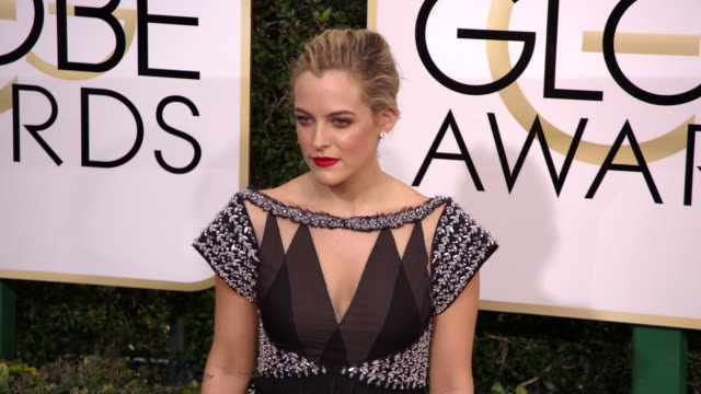 riley keough at the 74th annual golden globe awards arrivals at the beverly hilton hotel on january 08 2017 in beverly hills california 4k - ビバリーヒルトンホテル点の映像素材/bロール