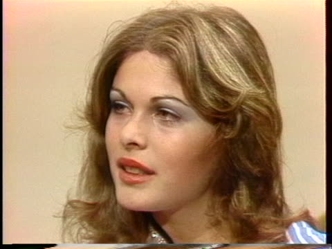 rina messinger, miss universe of 1976, talks about her desire to present a positive image of israel. - spielkandidat stock-videos und b-roll-filmmaterial