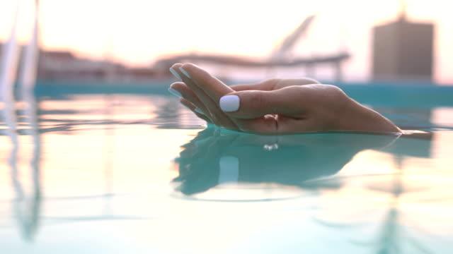 stockvideo's en b-roll-footage met ring in het water - juwelen