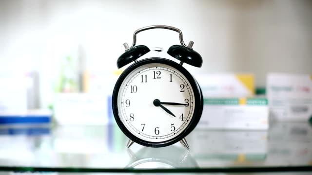 vídeos y material grabado en eventos de stock de reloj despertador sonando en armario de aseo personal - resonar