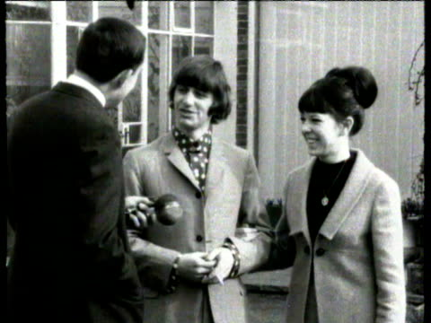 vídeos de stock e filmes b-roll de ringo starr and new wife maureen starkey posing / ringo interviewed about his marriage, talks about john lennon's marriage / maureen talks about... - celebridade