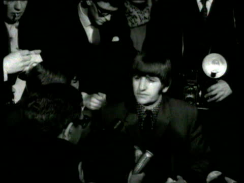 ringo starr interviewed about operation on his throat opens his mouth wide and says 'ah' and sings / ringo surrounded by media talks about his... - ringo starr bildbanksvideor och videomaterial från bakom kulisserna