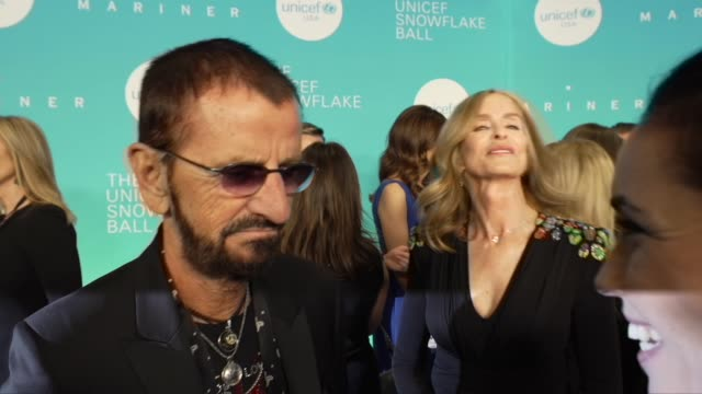 vídeos de stock e filmes b-roll de ringo starr talks about being at the event at the 14th annual unicef snowflake ball 2018 at cipriani wall street on november 27, 2018 in new york... - celebridade