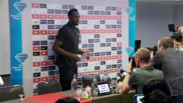 vídeos de stock, filmes e b-roll de cas upholds ban on russian athletes england london photography *** usain bolt into room for press conference and posing with name for photocall usain... - rio russian