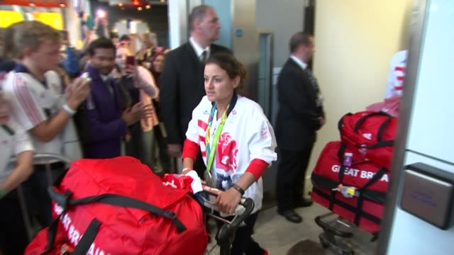 rio 2016 olympic games: great britain team arrives home: airport scenes; england: london: heathrow airport: int man holding up a board for team gb... - zweiter platz stock-videos und b-roll-filmmaterial