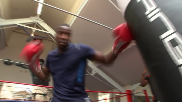 rio 2016 olympics qualifier lawrence okolie profile england london int various shots lawrence okolie training in boxing ring - itv london lunchtime news点の映像素材/bロール