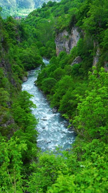 rio cinqueta in the area of puen pecador or puente de los pecadores. gistain. gistain or chistau valley. sobrarbe region, huesca, aragon, spain, europe. - puente video stock e b–roll