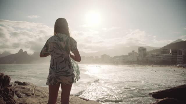 vídeos de stock, filmes e b-roll de rio de janeiro - ipanema beach - horizonte