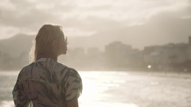 vídeos de stock, filmes e b-roll de rio de janeiro - ipanema beach - olhando