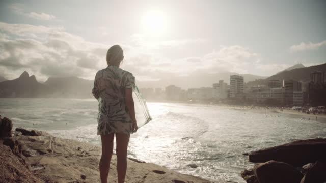 vídeos de stock, filmes e b-roll de rio de janeiro-praia de ipanema - olhando