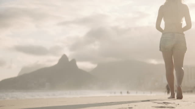 vídeos de stock e filmes b-roll de rio de janeiro - ipanema beach - overcast