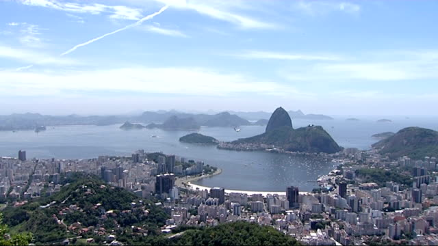 vídeos de stock, filmes e b-roll de rio de janeiro skyline and general views high angle shot of guanabara bay and sugarloaf mountain as aeroplane flies across - baía de guanabara