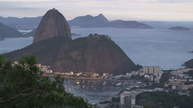 vídeos de stock, filmes e b-roll de rio de janeiro, view of sugarloaf mountain from high hill side - baía de guanabara
