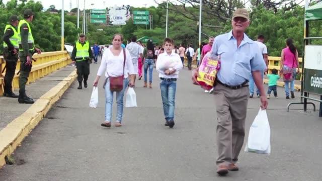Rios de venezolanos cruzaron a pie los 700 metros que separan a San Antonio de Tachira con la ciudad colombiana de Cucuta para comprar alimentos y...