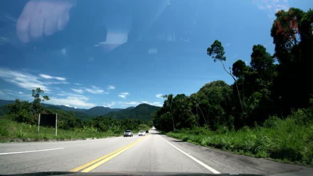 vídeos de stock, filmes e b-roll de rio-santos highway, rio de janeiro state, brazil - estrada principal estrada