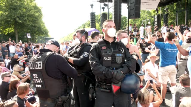 vídeos y material grabado en eventos de stock de riot police and police force begin to dissolve the demonstration because conditions such as the requirement to wear protective face masks have been... - centro de berlín
