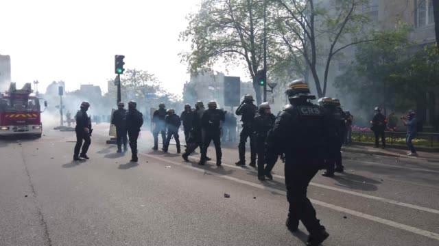 vídeos de stock, filmes e b-roll de riot police are seen as they clash with demonstrators as they march though paris during the annual may day protests on may 01 2019 at 9 boulevard... - 1 de maio