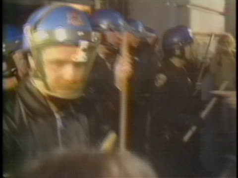 riot police attempt to control a crowd of rioting homosexuals after a manslaughter verdict was given in the dan white trial. - crime or recreational drug or prison or legal trial点の映像素材/bロール