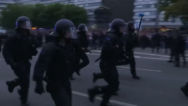 riot police attempting to calm fighting between farright protestors and refugees in chemnitz germany - 機動隊点の映像素材/bロール