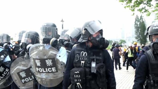 riot police during a protest against a proposed extradition law in hong kong on june 12 2019 violent clashes broke out in hong kong on june 12 as... - juni bildbanksvideor och videomaterial från bakom kulisserna
