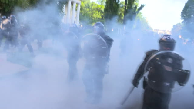 vídeos y material grabado en eventos de stock de riot police fire tear gas at peaceful protesters outside church in washington dc, protests are over death of george floyd, an african-american who... - dureza